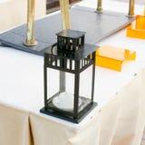 Retrostill-vida con una linterna vieja en la tabla de comida fría Fotos de archivo