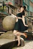 Retrostilmodefrau in der alten Stadt Stockfoto