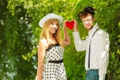 Retrostilpaare in der Liebe mit rotem Herzen Lizenzfreies Stockbild