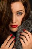 Retrostilporträt der schönen jungen Frau Stockfoto