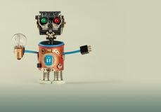 Retrostilroboter mit Glühlampe Plastikkopf, farbige grüne rote Augen, elektrische Drahthände, Gangzahnrad und Uhr Stockfotos