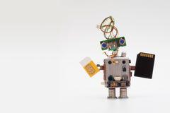 Retrostilroboterkonzept mit gelbem SIM-Karten- und Schwarzmikrochip Umkreist Sockelspielzeugmechanismus, den lustigen Kopf, gefär Stockfoto