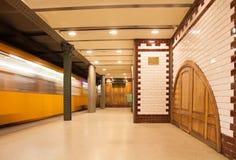 Retrostilu-bahnstation mit beweglichem Zug Stockbild