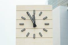 Retrostilwecker, der fünf Minuten bis zwölf zeigt Stockfoto