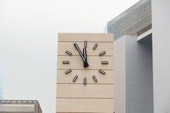 Retrostilwecker, der fünf Minuten bis zwölf zeigt Stockfotografie