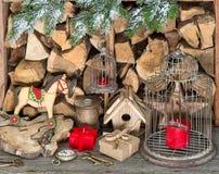 Retrostilweihnachtsdekoration mit roten Kerzen Stockfotografie