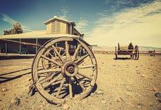 Retrostilwestpostkarte mit alten Wagen und Saal, USA lizenzfreies stockfoto