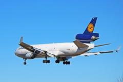 Retrovisione del cargo di Lufthansa Cargo McDonnell Douglas MD-11 immagine stock libera da diritti