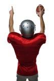 Retrovisione del giocatore di football americano con le armi alzate immagine stock