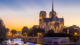 Retrovisione del giorno della cattedrale di Notre Dame De Paris al timelapse di notte dopo il tramonto stock footage