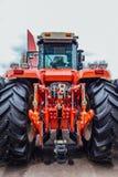Retrovisione del trattore agricolo moderno Legamento idraulico Struttura di sollevamento idraulica Fotografie Stock
