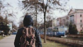 Retrovisione del turista dell'uomo che cammina lungo il vicolo della città archivi video
