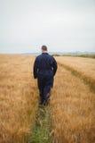 Retrovisione dell'agricoltore che cammina nel campo Fotografia Stock Libera da Diritti