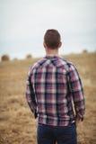 Retrovisione dell'agricoltore che sta nel campo Immagini Stock Libere da Diritti