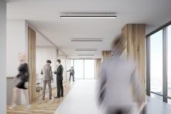 Retrovisione dell'ufficio entrante dell'uomo con le colonne di legno Immagini Stock