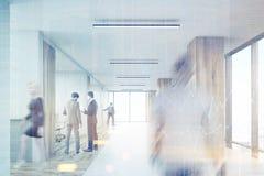 Retrovisione dell'ufficio entrante dell'uomo con le colonne di legno, tonificata Immagine Stock
