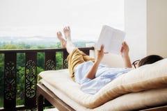 Retrovisione dell'uomo asiatico che si rilassa su un sofà Immagine Stock