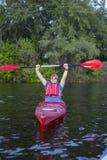 Retrovisione dell'uomo che rema kajak in lago con la donna nel fondo Coppia il kayak in lago un giorno soleggiato fotografia stock
