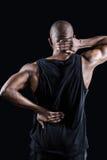 Retrovisione dell'uomo muscolare che soffre dal mal di schiena Fotografie Stock Libere da Diritti