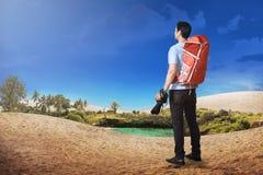 Retrovisione dell'uomo turistico asiatico con pronto per la riproduzione fotografica a prendere un pho Fotografia Stock