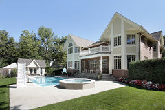 Retrovisione della casa con la piscina fotografia stock libera da diritti