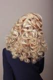 Retrovisione della donna con Ashen Hairs crespa Pettinatura intrecciata festiva fotografia stock