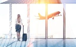 Retrovisione della donna di affari in aeroporto Fotografia Stock