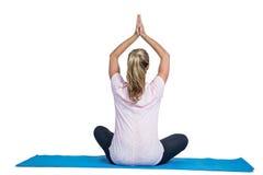 Retrovisione della donna di misura nella posizione di yoga Fotografie Stock Libere da Diritti