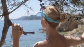 Retrovisione della donna rilassata sulla vacanza di viaggio di estate al mare della costa archivi video