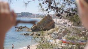 Retrovisione della donna rilassata sulla vacanza di viaggio di estate al mare della costa stock footage