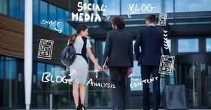 Retrovisione della gente di affari con le icone fuori dell'ufficio Immagine Stock