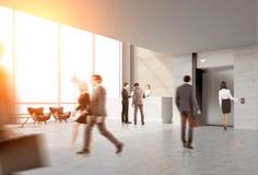 Retrovisione della gente nel corridoio dell'elevatore Immagini Stock Libere da Diritti