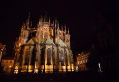 Retrovisione della st Vitus Cathedral, castello di Praga alla notte Fotografia Stock Libera da Diritti