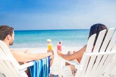 Retrovisione delle coppie felici che bevono insieme un cocktail Immagini Stock Libere da Diritti