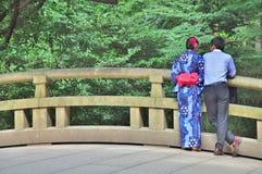 Retrovisione delle coppie giapponesi che stanno sul ponte Immagini Stock Libere da Diritti