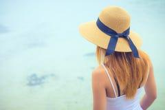 Retrovisione delle donne attraenti che esaminano il chiaro mare dell'acqua nel giorno fotografie stock libere da diritti