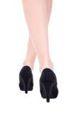 Retrovisione delle gambe femminili in scarpe nere sui talloni isolati sopra w Immagine Stock Libera da Diritti