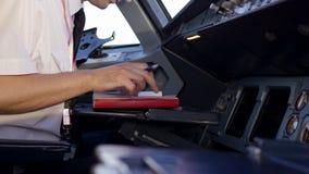 Retrovisione delle gestioni dell'esercizio pilota del getto corporativo Capitani nella cabina di pilotaggio di aerei, preparante  archivi video