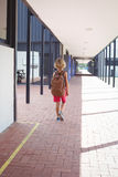 Retrovisione dello scolaro con lo zaino che cammina in corridoio Immagine Stock Libera da Diritti