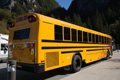 Retrovisione dello scuolabus giallo nessuna gente Fotografia Stock Libera da Diritti