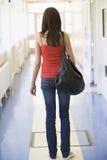 Retrovisione dello studente di college femminile in università Immagini Stock