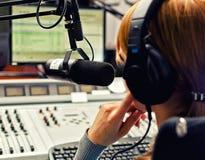 Retrovisione di funzionamento del DJ della femmina Fotografia Stock