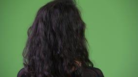 Retrovisione di giovane bella donna che cerca qualcosa archivi video