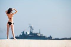 Retrovisione di giovane donna che si leva in piedi sull'aria aperta Immagine Stock