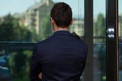 Retrovisione di giovane uomo d'affari In Office Fotografia Stock