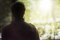 Retrovisione di un giovane sopra il fondo della molla della natura Fotografia Stock Libera da Diritti