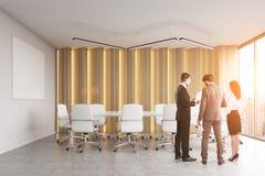 Retrovisione di un gruppo di persone che discutono la roba di affari in un auditorium moderno dell'ufficio Immagine Stock Libera da Diritti