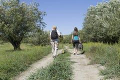 Retrovisione di una coppia romantica dei turisti che camminano nell'amore Immagine Stock