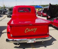Retrovisione rossa di Chevy Antique Pick Up Truck immagine stock