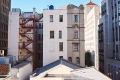 Retrovisore delle costruzioni e dei tetti in una città Fotografie Stock